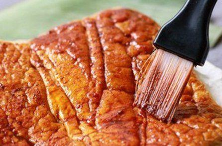Màu điều và ngũ vị hương ta hòa thành hỗn hợp màu vàng, dùng dụng cụ quét màu này lên mặt vỏ bánh mì, bước này để tô màu bánh mì cho lên màu giống miếng bì thịt quay.