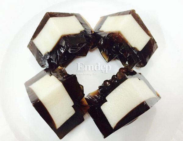 Những miếng bánh Trung thu với màu đen của cà phê, màu trắng của kem sữa phomai trông rất nhẹ nhàng mà trang nhã đẹp mắt.