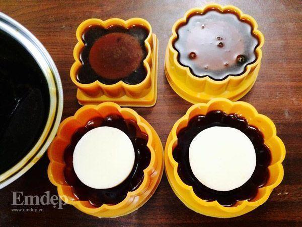 Tiếp tục cho thạch cà phê vào phủ kín phần nhân kem sữa phomai, cho đến khi đầy khuôn là được.
