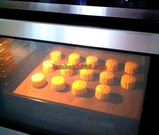 Bật nóng lò ở 175 độ C, phết lòng đỏ trứng lên mặt bánh và nướng trong 25 phút. Các bạn để bánh nguội bớt tầm 10 phút trong lò trước khi lấy ra ngoài.