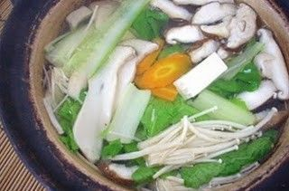 Món chay : Lẩu nấm và rau cải .