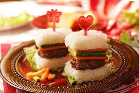 Cách làm món cơm kẹp thịt đơn giản cho bữa trưa công sở