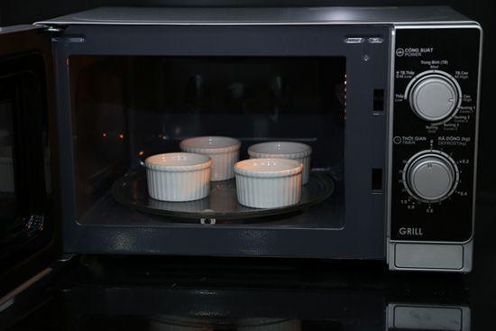 Tự làm bánh flan bằng lò vi sóng