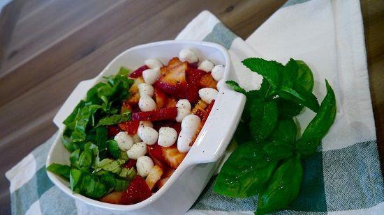 Cách làm salad dâu tây đẹp mắt tươi mát cho mùa hè