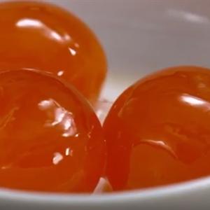 3 quả trứng muối cho vào lò vi sóng làm chín trong vòng 15 phút.