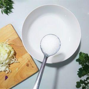 Ngâm bắp cải vào nước 20 phút.