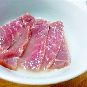 Thịt bò đã được cắt lát cho vào chén