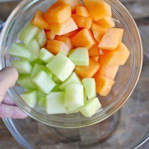 Cho các loại trái cây vào tô thủy tinh lớn