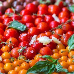 Xếp cà chua vào khay nướng, rắc muối, tỏi, húng quế, lá oregano, lá hương thảo xem kẽ với cà chua, rưới đều dầu olive