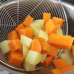 Cắt khoai tây và khoai lang thành những miếng nhỏ