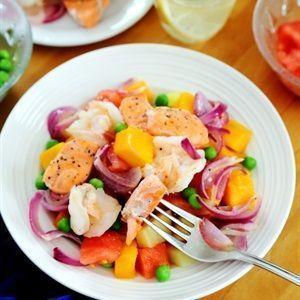 Salad cá hồi tôm với xoài và rau củ