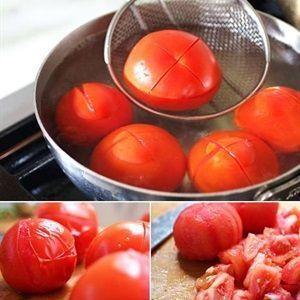 Luộc chín cà chua rồi bóc lớp vỏ đi