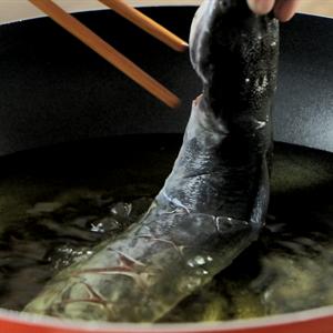 Gỏi xoài chả cá trê tắm mắm Thái